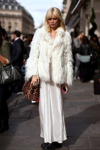 Как и с чем носить: белая короткая шуба, белое сатиновое платье-макси, черные кожаные ботильоны, коричневая замшевая сумка через плечо с леопардовым принтом