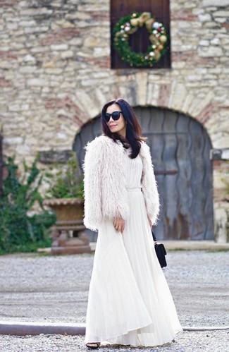 Как и с чем носить: белая короткая шуба, белое платье-макси со складками, черные замшевые сабо, черный замшевый клатч