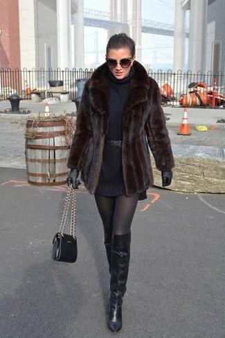 Как и с чем носить: темно-коричневая короткая шуба, черное платье-свитер, черные кожаные ботфорты, черная кожаная сумка через плечо