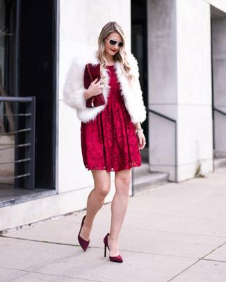 Как и с чем носить: белая короткая шуба, красное кружевное платье с пышной юбкой, темно-красные замшевые туфли, темно-красный кожаный клатч