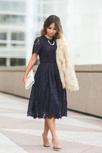 Как и с чем носить: бежевая короткая шуба, черное кружевное платье с пышной юбкой, светло-коричневые кожаные туфли, белый кожаный клатч
