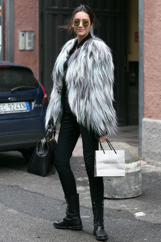 Как и с чем носить: серая короткая шуба, черный свитер на молнии, черные узкие брюки, черные кожаные ботинки на шнуровке