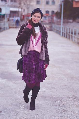 С чем носить пурпурную короткую шубу: Пурпурная короткая шуба и пурпурная бархатная юбка-миди со складками — рассмотри этот вариант, если не боишься быть в центре внимания. В паре с этим луком органично будут смотреться темно-пурпурные замшевые сапоги.