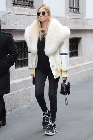 Как и с чем носить: белая короткая шуба, черный свитер с круглым вырезом, черные джинсы скинни, черные кроссовки