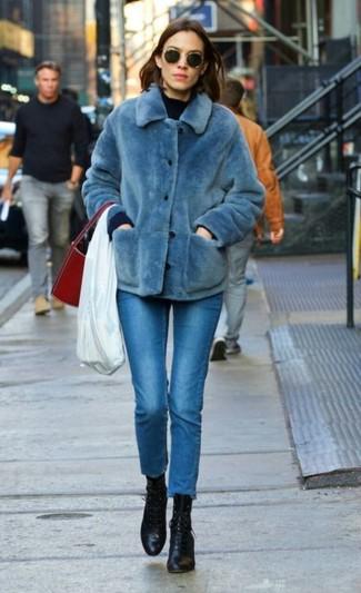 Как и с чем носить: синяя короткая шуба, темно-синий свитер с круглым вырезом, синие джинсы скинни, черные кожаные ботильоны на шнуровке