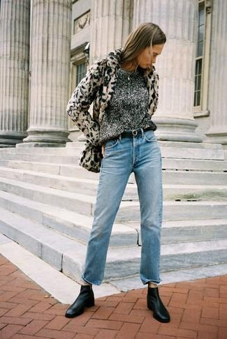 Как и с чем носить: бежевая короткая шуба с леопардовым принтом, темно-серый свитер с круглым вырезом, голубые джинсы, черные кожаные ботинки челси