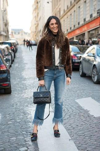 Как и с чем носить: коричневая короткая шуба, белый свитер с круглым вырезом, синие джинсы c бахромой, черные кожаные лоферы