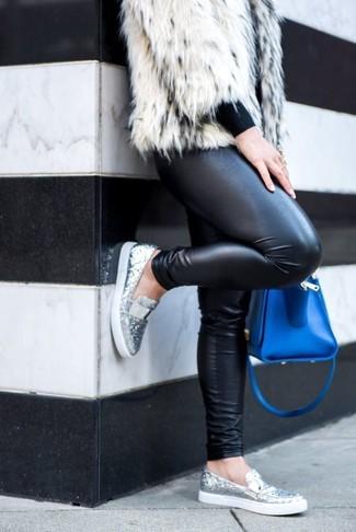 Синяя кожаная сумка-саквояж: с чем носить и как сочетать: Если ты ценишь удобство и практичность, белая короткая шуба и синяя кожаная сумка-саквояж — отличный выбор для расслабленного повседневного ансамбля. В сочетании с серебряными лоферами с пайетками такой ансамбль выглядит особенно модно.