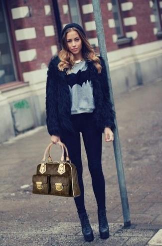 Как и с чем носить: черная короткая шуба, серый свитер с круглым вырезом с принтом, черные леггинсы, черные кожаные ботильоны