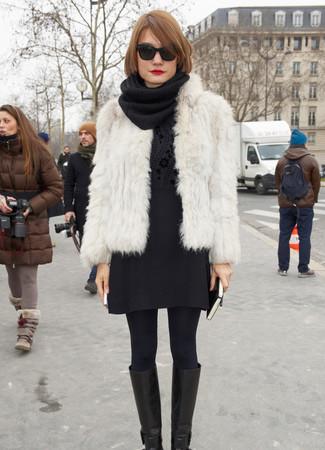 Как и с чем носить: белая короткая шуба, черный свитер с круглым вырезом с цветочным принтом, черная шерстяная мини-юбка, черные кожаные сапоги