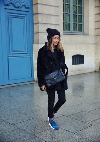 Черная короткая шуба и черные кожаные джинсы скинни прочно обосновались в гардеробе многих барышень, помогая составлять потрясающие и практичные ансамбли. Пара синих кроссовок добавит облику озорства и кокетства.