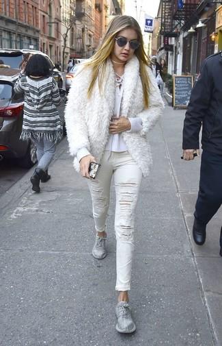 Как и с чем носить: белая короткая шуба, белый свитер с v-образным вырезом, белые рваные джинсы скинни, серебряные кроссовки