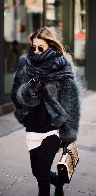 Как и с чем носить: темно-серая короткая шуба, черный вязаный свободный свитер, белая футболка с круглым вырезом, черные джинсы скинни