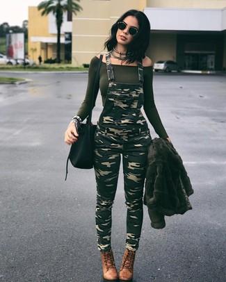 Как и с чем носить: оливковая короткая шуба, оливковый топ с открытыми плечами, оливковые штаны-комбинезон с камуфляжным принтом, коричневые кожаные ботильоны на шнуровке