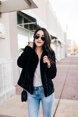 Как и с чем носить: черная короткая шуба, серая футболка с длинным рукавом, голубые джинсы скинни, черная кожаная стеганая сумка через плечо