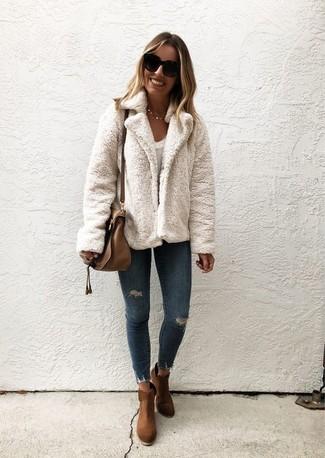 Как и с чем носить: белая короткая шуба, белая футболка с круглым вырезом, темно-синие рваные джинсы скинни, коричневые замшевые ботильоны