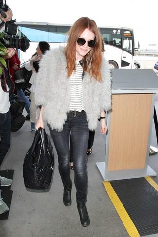 Как и с чем носить: серая короткая шуба, белая футболка с круглым вырезом в горизонтальную полоску, темно-серые джинсы скинни, черные кожаные ботильоны