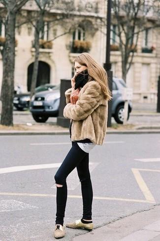 Светло-коричневая короткая шуба и черные рваные джинсы скинни — универсальное сочетание и для вечерних вылазок с подружками, и для дневных прогулок на выходных. Светло-коричневые кожаные оксфорды с украшением гармонично дополнят образ.