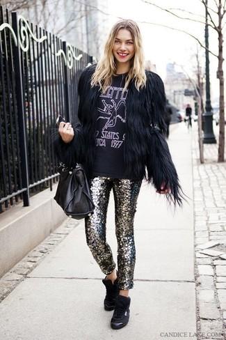 Как и с чем носить: черная короткая шуба, черно-белая футболка с круглым вырезом с принтом, серебряные узкие брюки с пайетками, черные высокие кеды