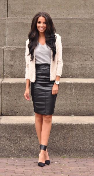 Серая футболка с v-образным вырезом: с чем носить и как сочетать женщине: Серая футболка с v-образным вырезом будет смотреться стильно в тандеме с черной кожаной юбкой-карандаш. Пара черных кожаных туфель поможет сделать лук более законченным.