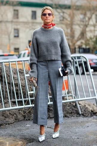 Как и с чем носить: серый вязаный короткий свитер, серые брюки-кюлоты в шотландскую клетку, серебряные кожаные сабо, красно-белая бандана