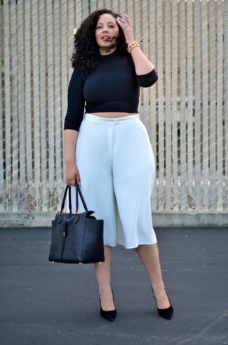 Как и с чем носить: черный короткий свитер, белые брюки-кюлоты, черные замшевые туфли, черная кожаная большая сумка