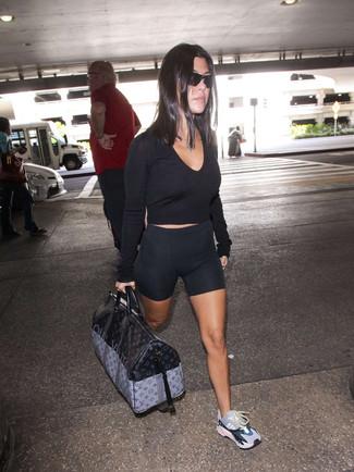 Как и с чем носить: черный короткий свитер, черные велосипедки, разноцветные кроссовки, черная кожаная спортивная сумка с принтом