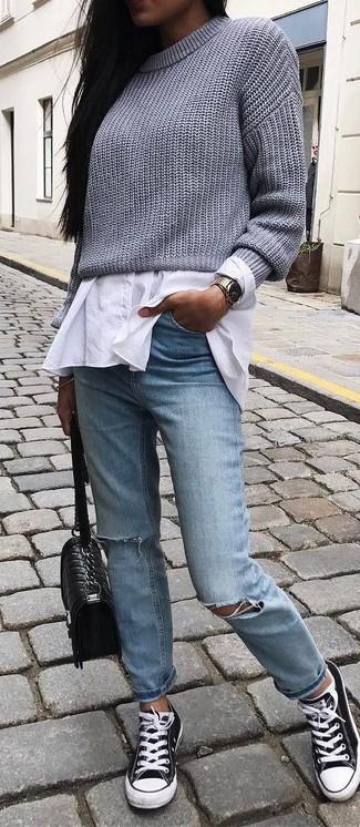 Как и с чем носить: серый вязаный короткий свитер, белая классическая рубашка, голубые рваные джинсы, черно-белые низкие кеды из плотной ткани