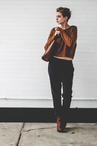 Как и с чем носить: коричневый короткий свитер, черные пижамные штаны, коричневые кожаные ботильоны на шнуровке, коричневая кожаная большая сумка