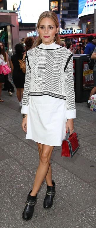 Как и с чем носить: серый короткий свитер с принтом, белое платье-рубашка, черные кожаные ботильоны с украшением, красный кожаный клатч со змеиным рисунком