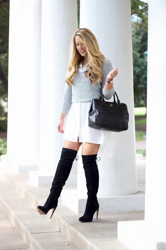 Как и с чем носить: серый короткий свитер, белое платье-рубашка, черные замшевые ботфорты, черная кожаная большая сумка
