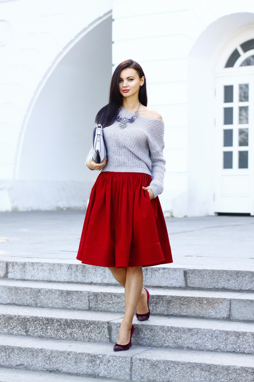 Красные лоферы с красной юбкой