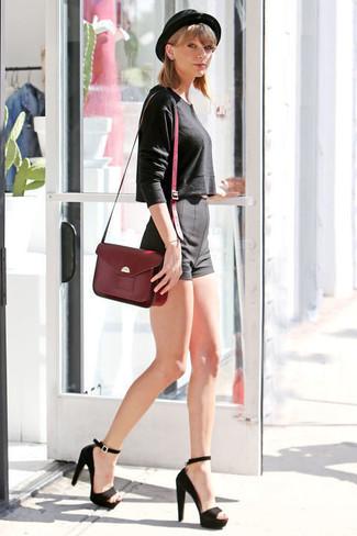 Как Taylor Swift носит Черный короткий свитер, Черные шорты, Черные замшевые босоножки на каблуке, Темно-красная кожаная сумка-саквояж