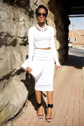 Как и с чем носить: белый короткий свитер, белая юбка-карандаш, черные кожаные босоножки на каблуке, белый кожаный клатч