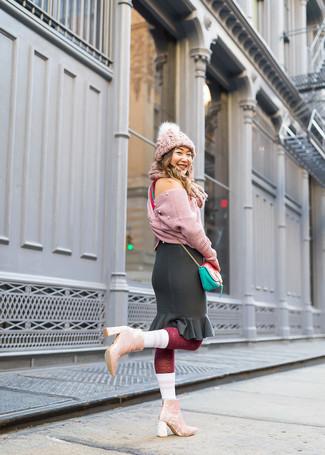 Как и с чем носить: розовый вязаный короткий свитер, черная юбка-карандаш с рюшами, розовые бархатные ботильоны, мятная кожаная сумка через плечо