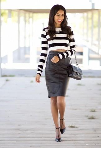Как и с чем носить: бело-черный короткий свитер в горизонтальную полоску, черная кожаная юбка-карандаш, черные кожаные туфли, черная кожаная стеганая сумка-саквояж