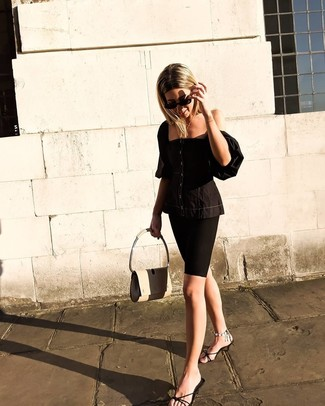 Как и с чем носить: черный корсет, черные велосипедки, черные кожаные сабо, бежевая кожаная сумка-саквояж