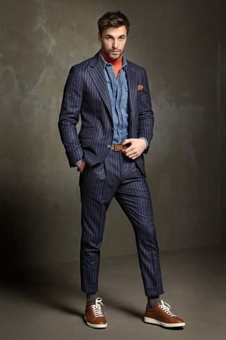 Как и с чем носить: темно-синий костюм в вертикальную полоску, оранжевая водолазка, синяя джинсовая рубашка, коричневые кожаные низкие кеды