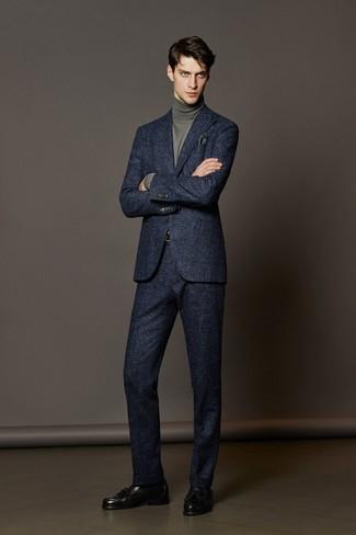Модный лук: темно-синий шерстяной костюм, серая водолазка, черные кожаные лоферы с кисточками, темно-зеленый нагрудный платок