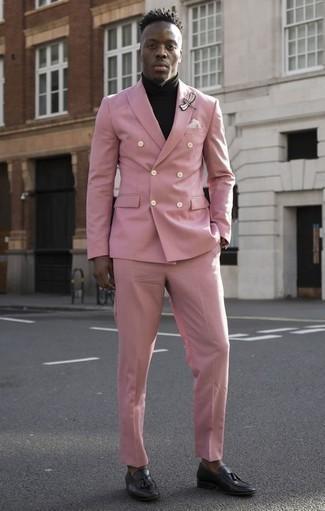 Розовый костюм: с чем носить и как сочетать: Комбо из розового костюма и черной водолазки позволит создать модный и мужественный ансамбль. Вкупе с этим ансамблем органично выглядят черные кожаные лоферы с кисточками.