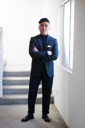 Темно-синий костюм: с чем носить и как сочетать: Несмотря на то, что этот ансамбль довольно классический, тандем темно-синего костюма и темно-синей водолазки является неизменным выбором современных джентльменов, покоряя при этом сердца представительниц прекрасного пола. Весьма выгодно здесь выглядят черные кожаные лоферы.