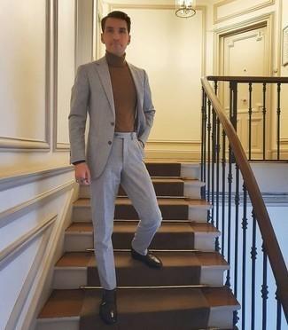 С чем носить коричневую водолазку мужчине: Коричневая водолазка в паре с серым костюмом поможет создать стильный классический образ. В паре с этим образом отлично выглядят темно-коричневые кожаные монки с двумя ремешками.