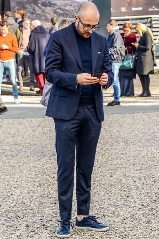 Темно-синий костюм: с чем носить и как сочетать: Несмотря на то, что это довольно-таки консервативный лук, тандем темно-синего костюма и темно-синей водолазки всегда будет нравиться стильным молодым людям, покоряя при этом сердца барышень. Любишь незаурядные решения? Можешь дополнить свой лук темно-синими кожаными низкими кедами.