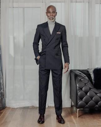 Черный костюм в вертикальную полоску: с чем носить и как сочетать: Черный костюм в вертикальную полоску и серая водолазка — must have вещи в гардеробе парней с хорошим вкусом в одежде. Не прочь добавить в этот лук толику эффектности? Тогда в качестве обуви к этому луку, стоит обратить внимание на темно-красные кожаные оксфорды.