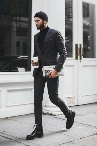 Как и с чем носить: темно-серый костюм в шотландскую клетку, черная водолазка, черные кожаные повседневные ботинки, черная шапка