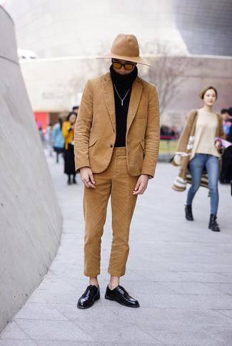 Как и с чем носить: светло-коричневый вельветовый костюм, черная водолазка, черные кожаные туфли дерби, светло-коричневая шерстяная шляпа