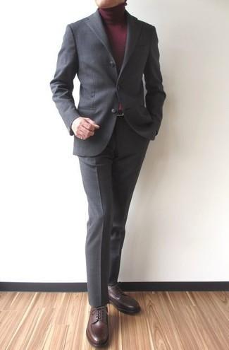С чем носить темно-серый костюм: Несмотря на то, что этот ансамбль выглядит довольно сдержанно, тандем темно-серого костюма и темно-красной водолазки приходится по душе стильным молодым людям, а также покоряет дамские сердца. Говоря об обуви, можно завершить образ темно-коричневыми кожаными туфлями дерби.