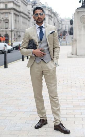 Как и с чем носить: бежевый костюм, серый жилет, голубая классическая рубашка, темно-коричневые кожаные броги