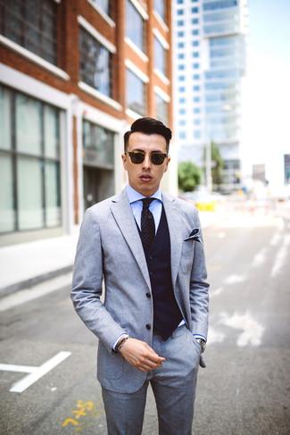 Как и с чем носить: серый шерстяной костюм, темно-синий жилет в вертикальную полоску, голубая классическая рубашка, черный галстук в горошек