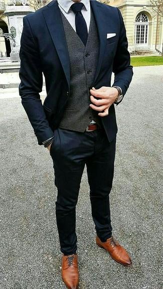 Как и с чем носить: темно-синий костюм, темно-серый жилет, белая классическая рубашка, табачные кожаные туфли дерби